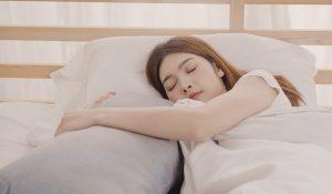 Ketahui 5 Manfaat Memeluk Guling Saat Tidur