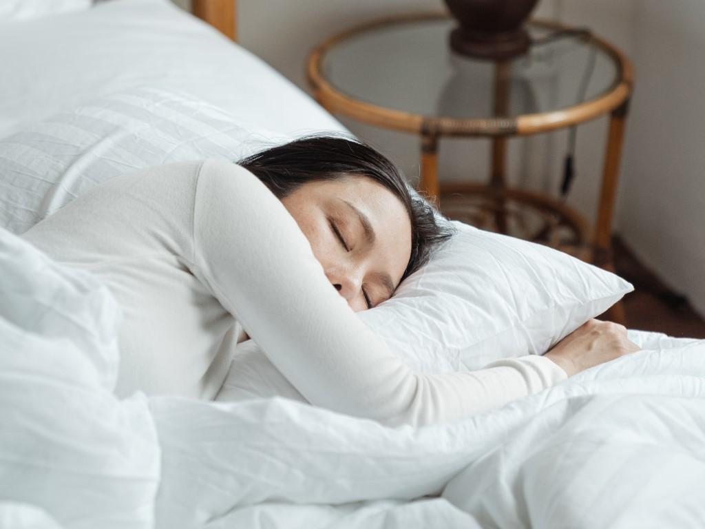 Wajib Tahu! Inilah 6 Manfaat Tidur Menggunakan Bantal