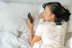 7 Cara Mengatasi Sulit Tidur di Tempat Baru